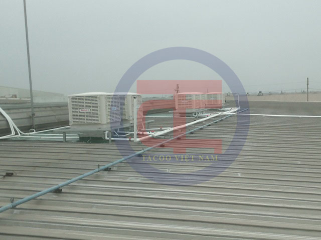 Máy làm mát được lắp đặt trên mái nhà xưởng