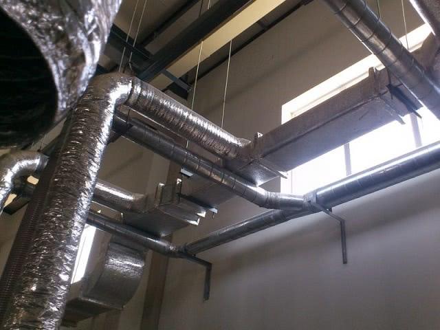 Hệ thống đường ống gió tròn kết hợp với ống gió mềm