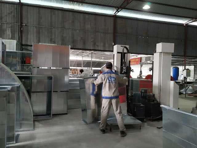 Công đoạn là mí ống gió được thực hiện bởi đơn vị sản xuất Kaiyo Việt Nam